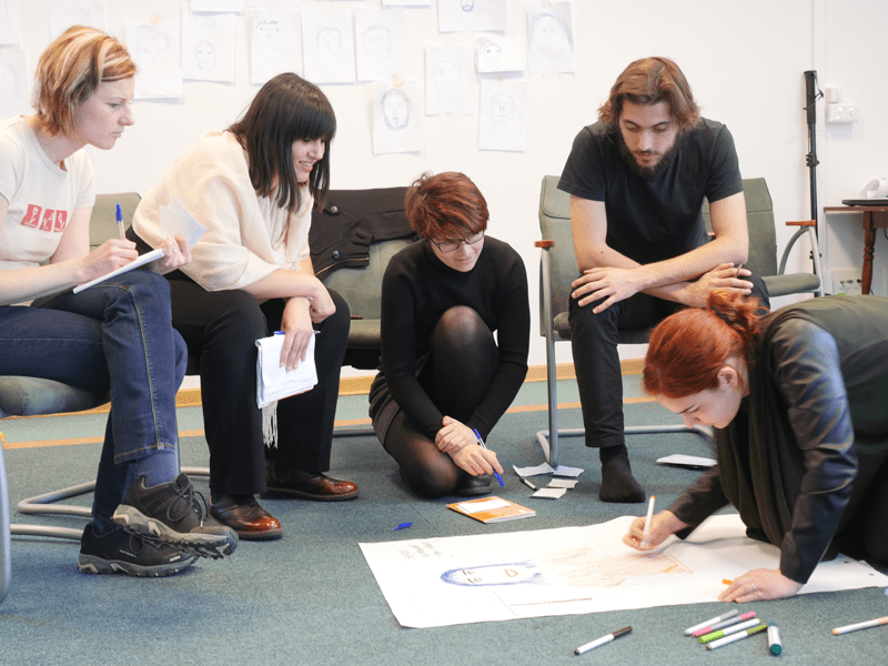 Creare workshops per studenti su imprenditorialità, comunicazione, career counselling e volontariato