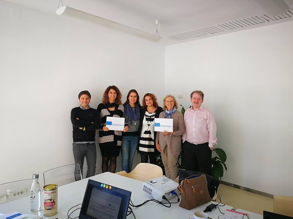 Alfabetizzazione digitale e inclusione sociale per i giovani europei in difficoltà